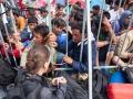 Hrvaška, Slovenija, Mejni prehod Obrežje (Bregana), 20.09.2015, 20. September 2015 Policisti, bengunci in porotovoljci pred mejnem prehodom Obrežje (Bregana). Begunci bezijo preko Hrvaške in Slovenije proti Nemčiji, ker so jim unicili njihove drzave in domove na bliznjem vzhodu. Migranti, kriza, begunci, vojne na bliznjem vzhodu, Foto: Matej Pušnik