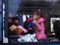 Begunci v Brežicah čakajo na prevoz z avtobusi