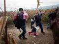 Begunci na poti iz Rigonc do 12km oddaljenega zbirnega centra v Brežicah. Družina na poti.