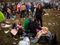 Begunci v Rigoncah čakajo na 12km dolgo pot do zbirnega centra v Brežicah. Družina čaka na prehod.