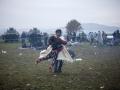 Begunci v Rigoncah čakajo na 12km dolgo pot do zbirnega centra v Brežicah. Otroka se igrata med čakanjem.