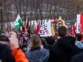 Demonstranti nad begunskim centrom v Avstriji nasproti mejega prehoda Spielfeld