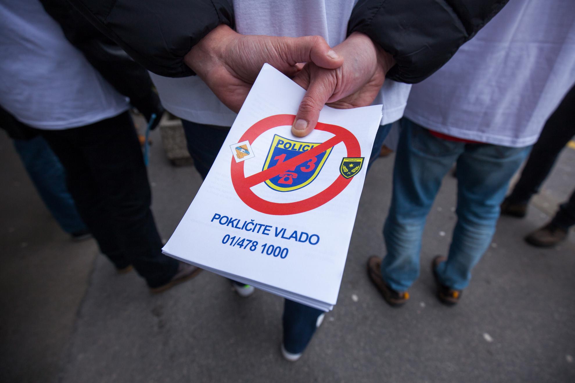 Ljubljana, Gregorčičeva ulica. Združena policijska sindikata stojita pred poslopjem vlade.