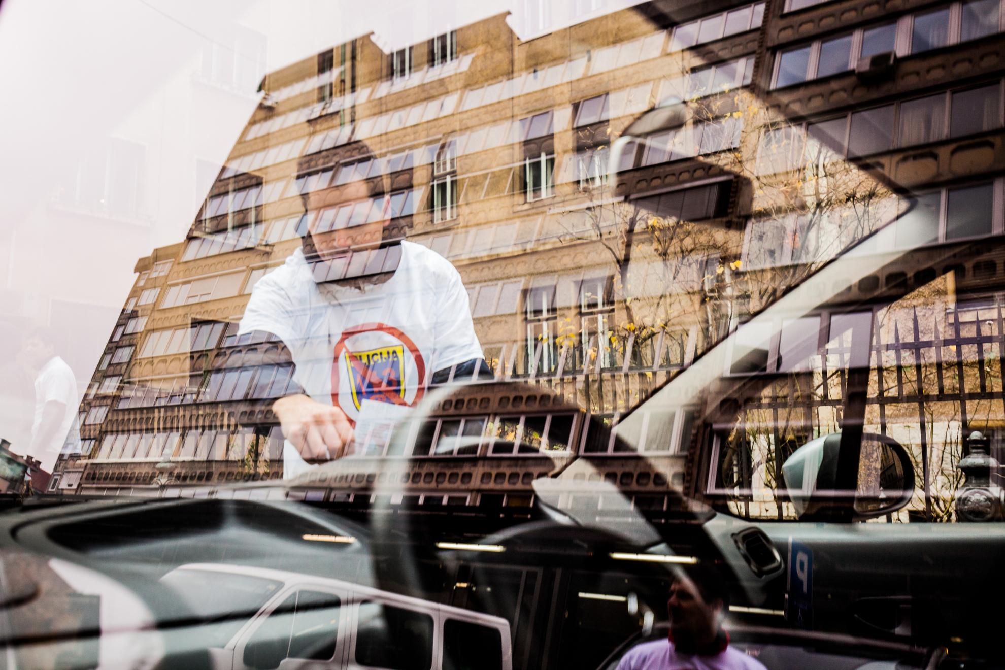 Ljubljana, Gregorčičeva ulica. Združena policijska sindikata delita letake na avte namesto kazni.