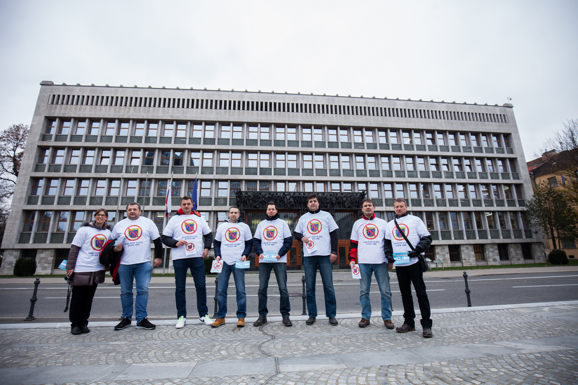 Ljubljana, Trg republike. Združena policijska sindikata pred Državnim zborom.