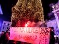 Ljubljana, Prešernov trg. Obešanje bodoče žice na novoletno jelko. Akcija proti oviranju svobode gibanja in napoved demonstracij 10.12.2015