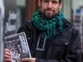 Ljubljana, Založba Sanje, Predstavitev knjige Sence ne gorijo, avtor: Erik Valenčič. Portret Erika valenčiča pred knjigarno založbe Sanje.