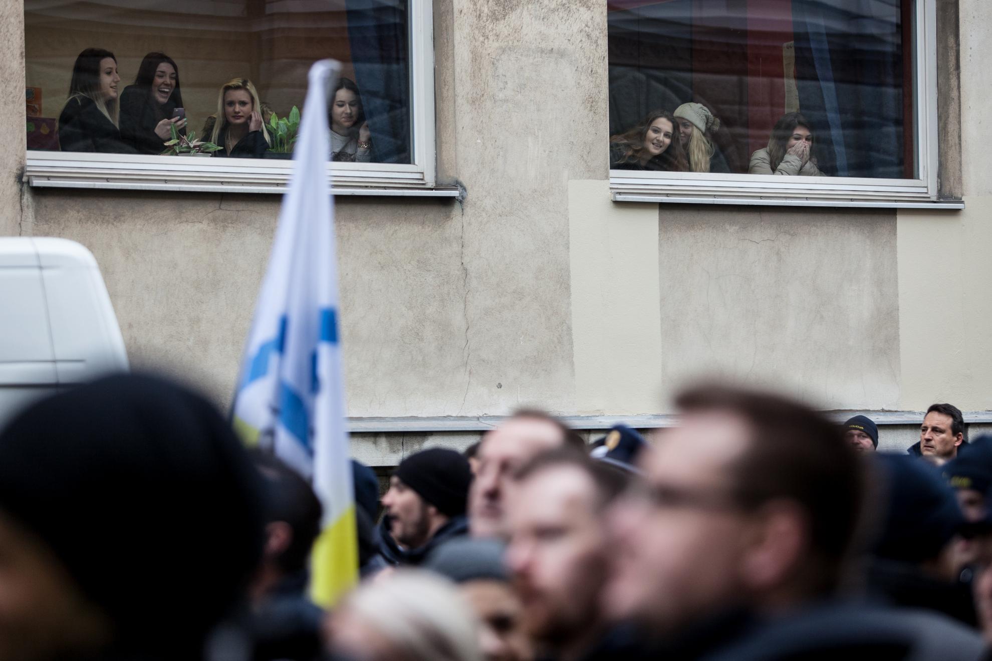 Ljubljana, Stavka policistov. Diajkinje ekonomske šole opazujejo stavkaoče policiste.