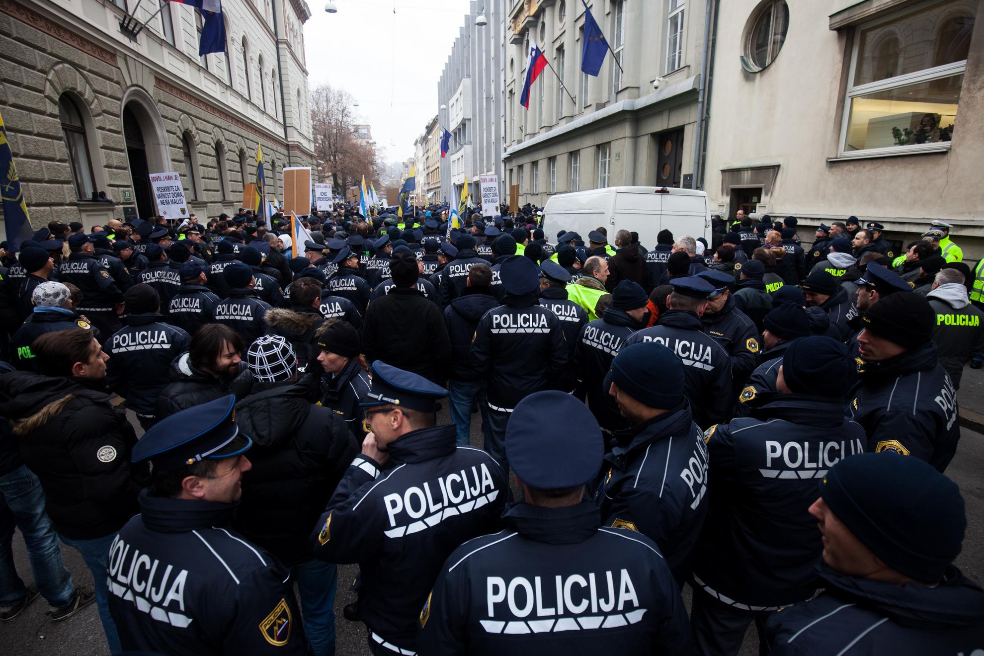 Ljubljana, Stavka policistov. Stavkajoči policisti na Gregorčičevi ulici.