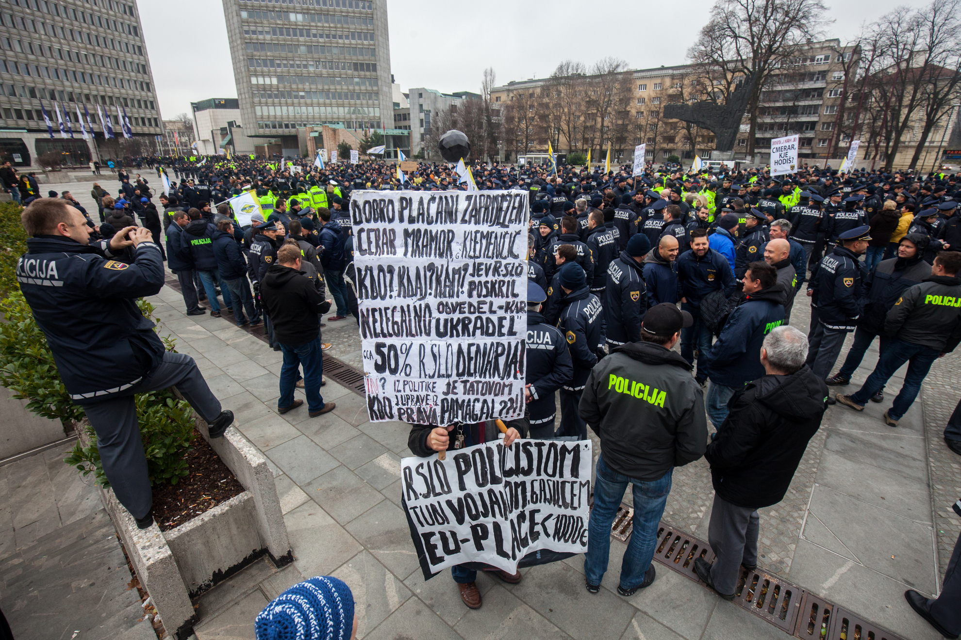 Ljubljana, Stavka policistov. Stavkajoči policisti na Tgu republike.