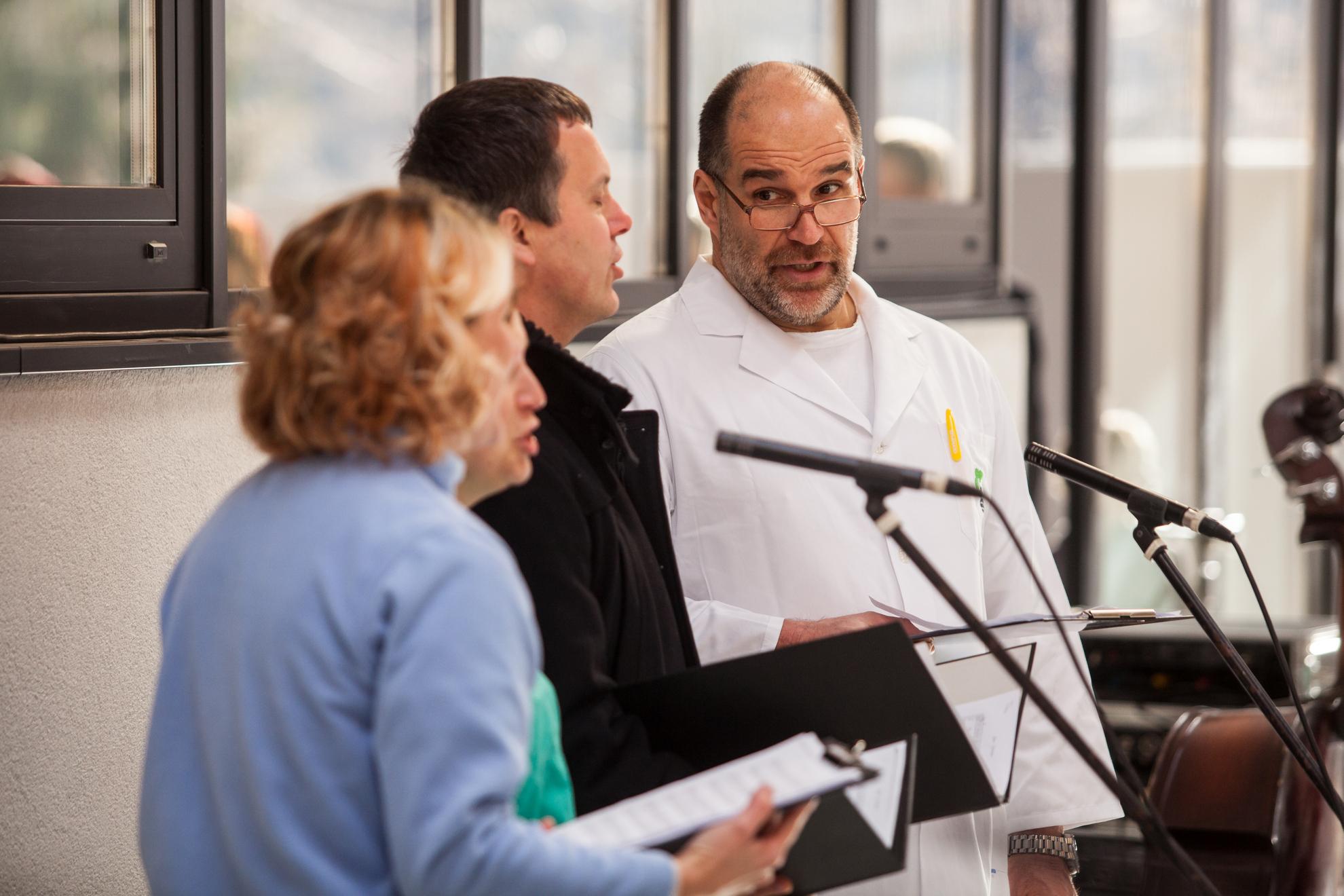 Ministrica Milojka Kolar Celarc na otvoritvi Urgentnega centra na Jesenicah. Pojoči zdravniki na otvoritvi.