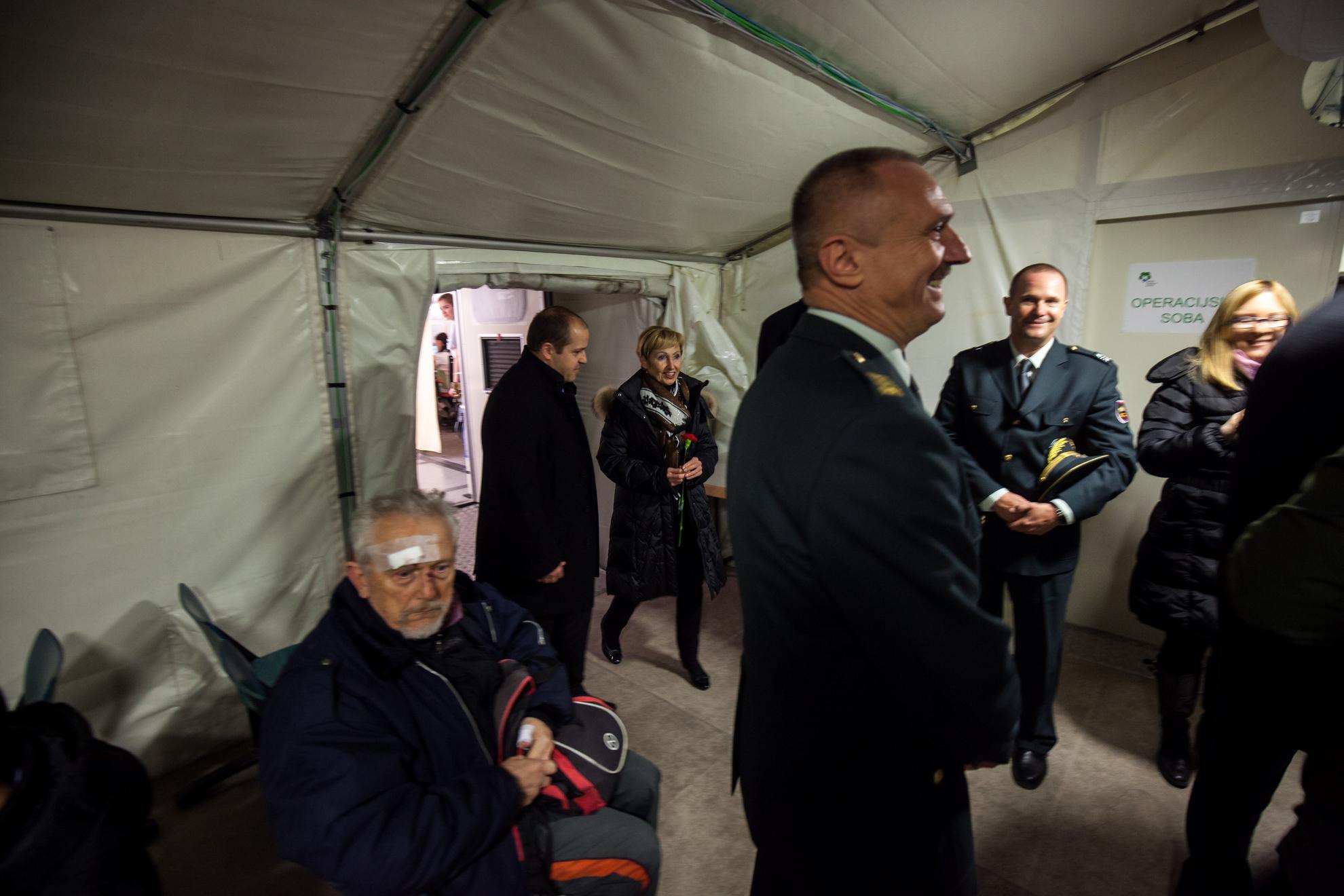 Ministrica Milojka Kolar Celarc na otvoritvi Urgentnega centra na Jesenicah. Ministrica na ogledu začasne vojaške bolnišnice na Jesenicah.