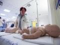 Medicinska sestra med otvoritvijo urgentnega centra na Jesenicah.