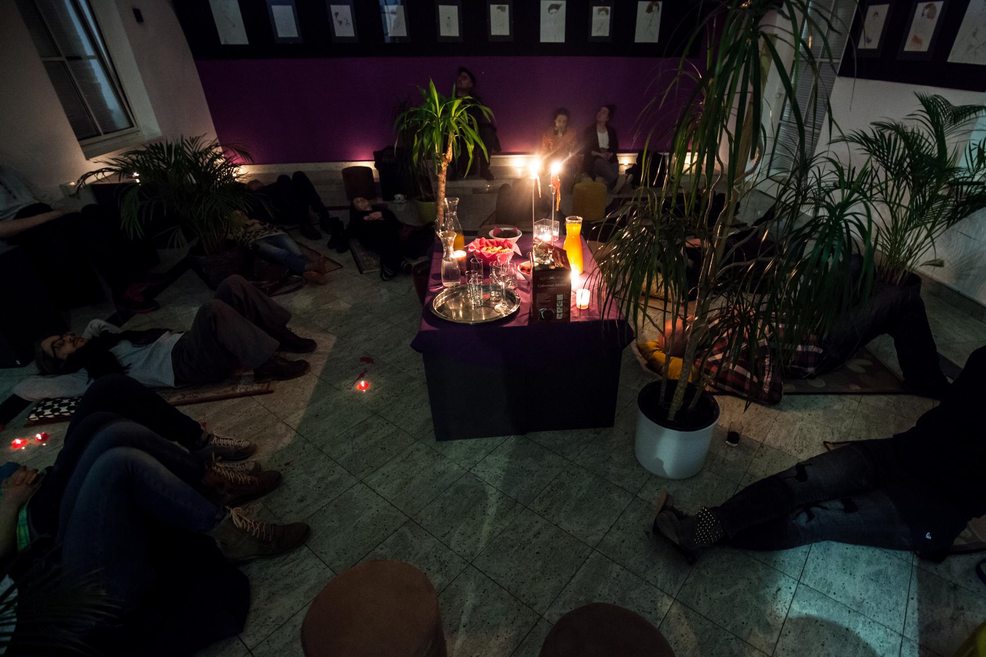 19. 03. 2016 Ljubljana, hostel Trezor. Ura zemlje, ko naj bi po celem svvetu ob 20:30 za eno uro ugasnili dodatno električno opremo. Poslušanje poezije ob soju sveč