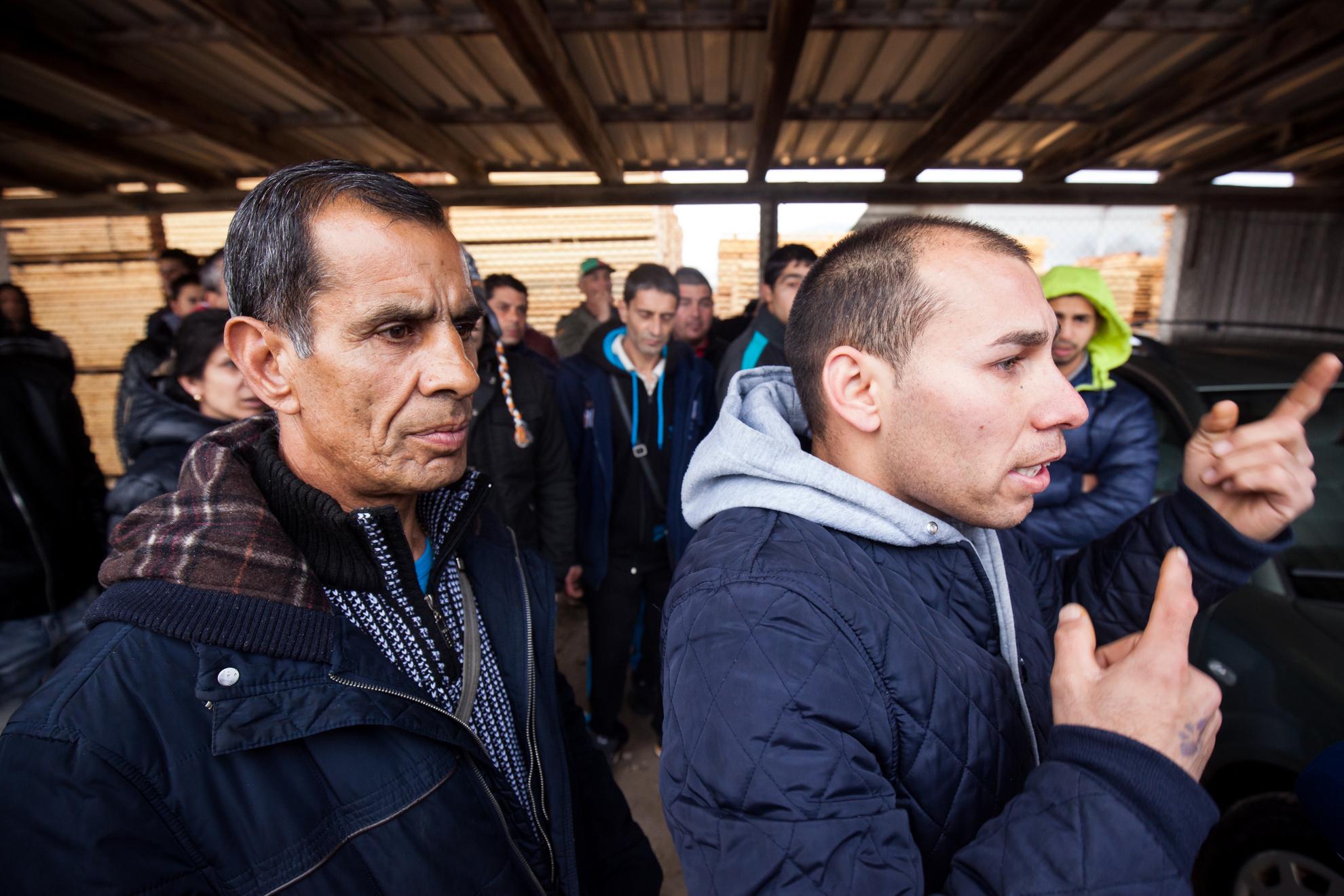 21. 03. 2016 Lož. Migrantski delavci v lesarstvu iz podružnice Marof trade naj že dva meseca ne bi dobili plače. Pohod do poslopja Gozdnega gospodarstva Postojna