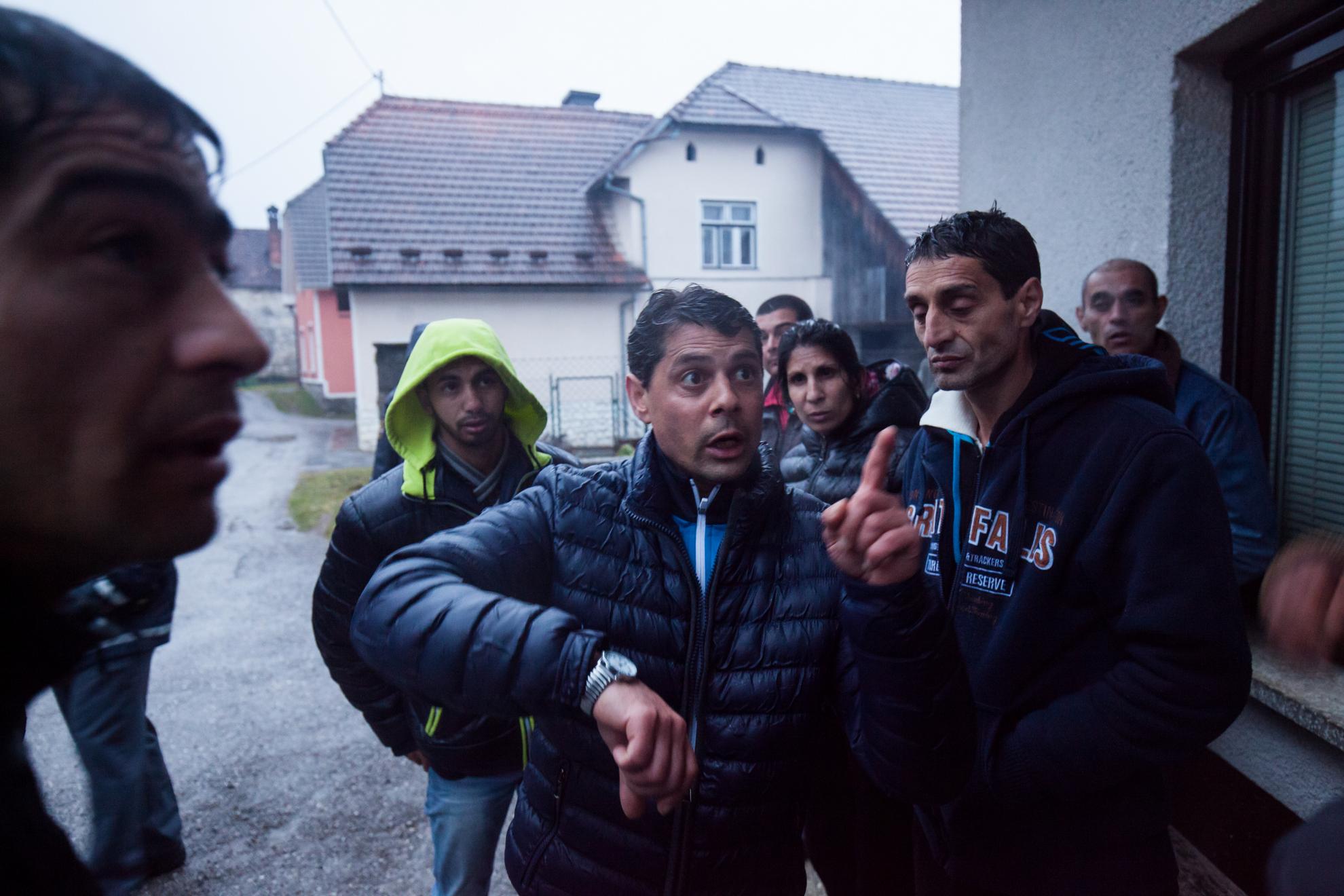 21. 03. 2016 Lož. Migrantski delavci v lesarstvu iz podružnice Marof trade naj že dva meseca ne bi dobili plače. Delavci pred hišo nadrejenega kamor naj bi jih povabil po telenu. Tam so hoteli prejeti dolgovan denar, a naj bi bil le ta še v Velenju.