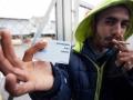 21. 03. 2016 Lož. Migrantski delavci v lesarstvu iz podružnice Marof trade naj že dva meseca ne bi dobili plače. S karticami, ki so jim še v petek odpirala vrata v obrat Gozdnega gospodarstva Postojna v ponedeljek ni bil več možen vstop.