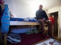 21. 03. 2016 Lož. Migrantski delavci v lesarstvu iz podružnice Marof trade naj že dva meseca ne bi dobili plače. Notranjost njihovih plenjivih bivališč. Za posteljo naj bi na mesec plačevali 110 EUR. V enem od dveh nadstropji naj bi bilo 30 delavcev.