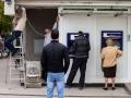 18. 04. 2016 Ljubljana socialna mobilnost. Ljudje čakajo pred bankomatom, medtem ko delavca delata.
