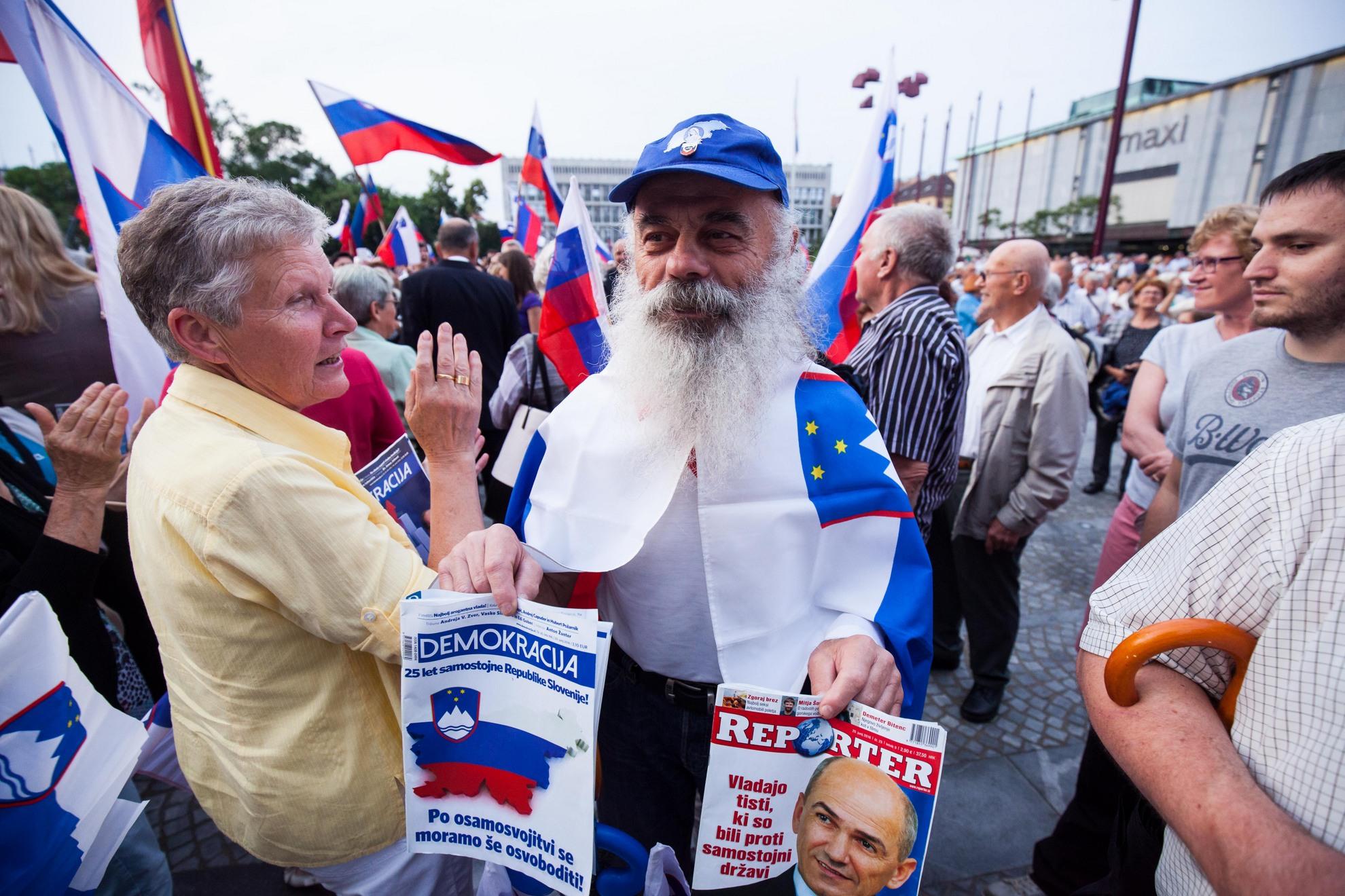 25.06.2016 Proslava VSO ob Dnevu državnosti. Poleg Janše, Krkoviča, Hojsa, Častne čete je bilo na proslavi kar nekaj zastav z domobranskim orlom.